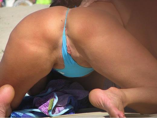 фото крупно одной девушки в одних трусиках на пляже