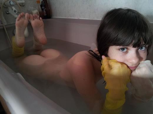 delgadita desnuda y masturbandose-15