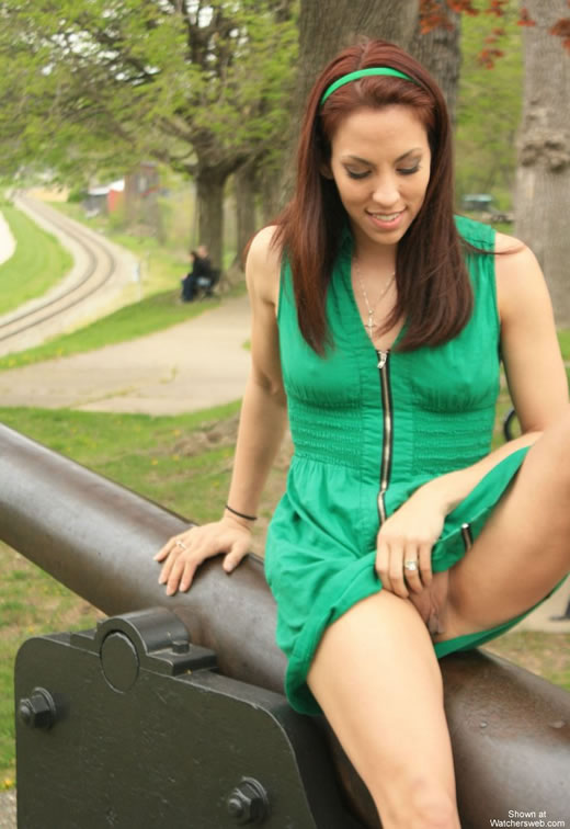 Chica desnuda muerta en el parque