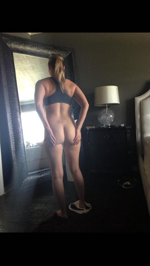 desnuda y cachonda en el hotel-25