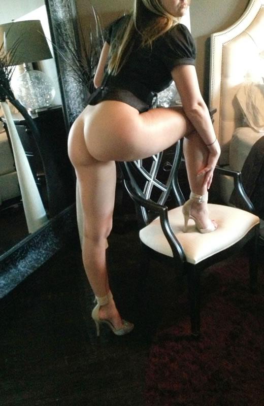 desnuda y cachonda en el hotel-29