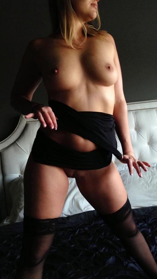 desnuda y cachonda en el hotel-40