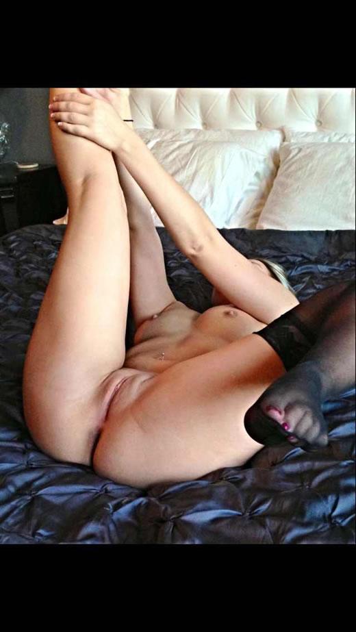 desnuda y cachonda en el hotel-54