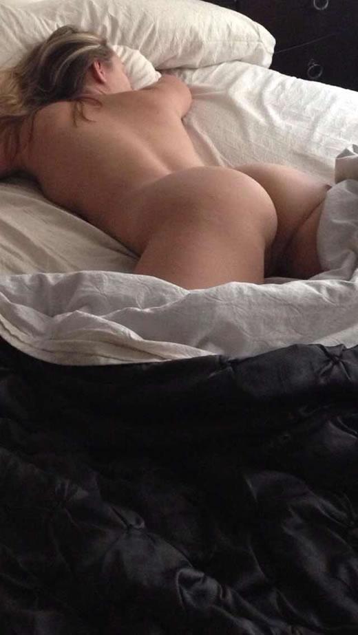 desnuda y cachonda en el hotel-76