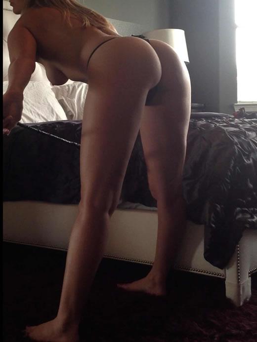 desnuda y cachonda en el hotel-82