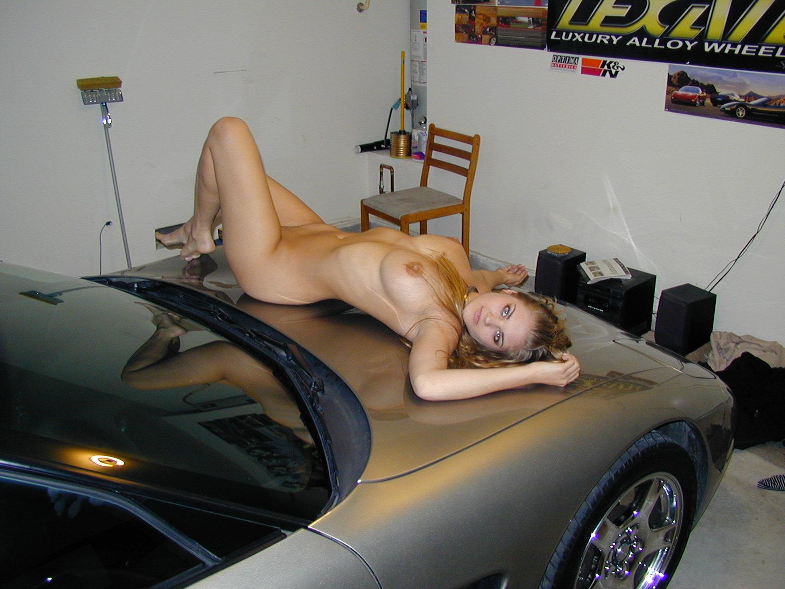 desnudita en el coche-10