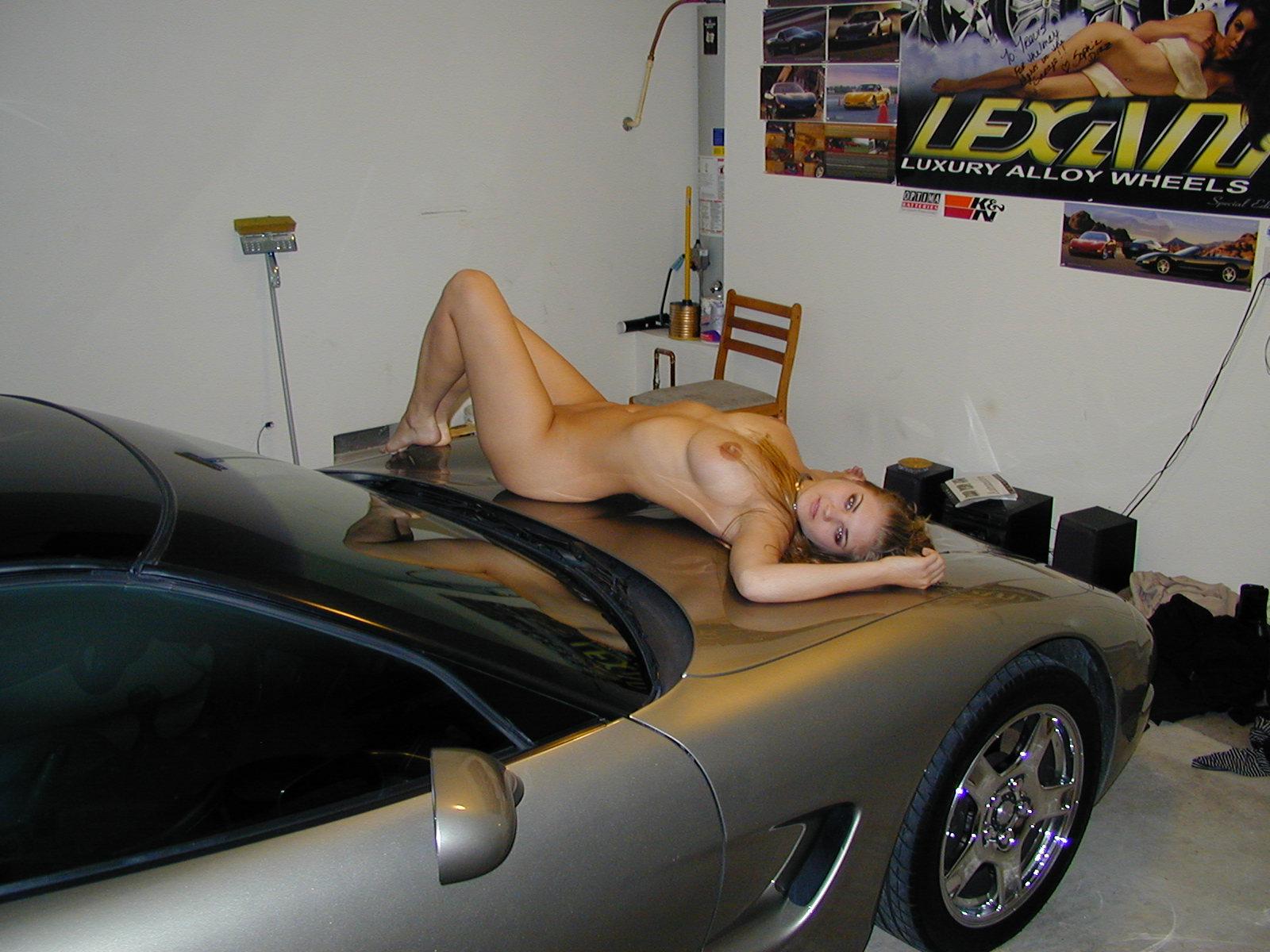 desnudita en el coche-4