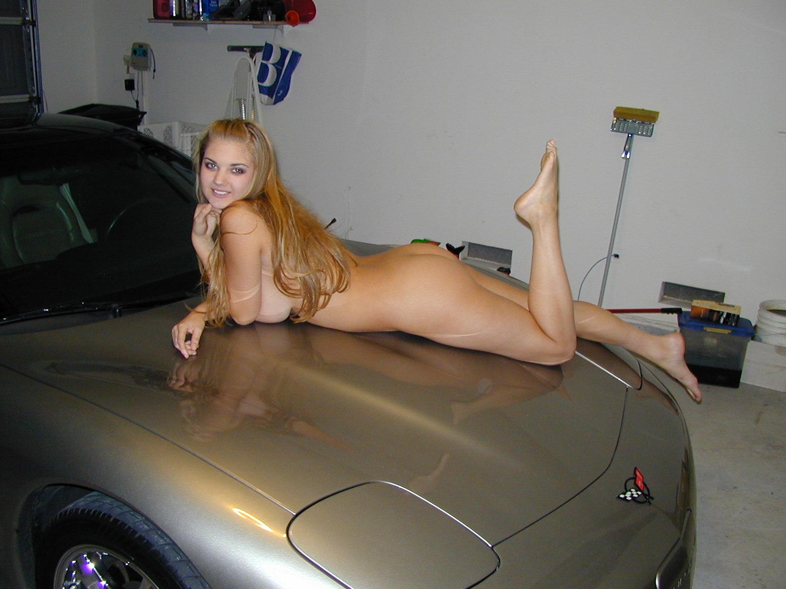 desnudita en el coche-9