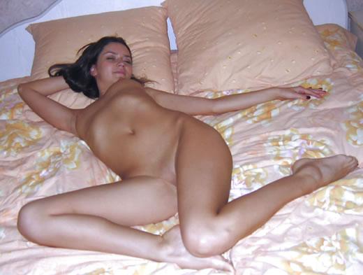 morenilla desnuda en la cama-8
