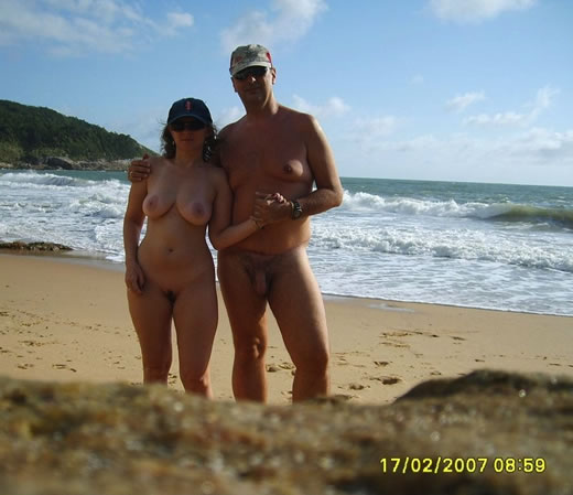 parejas pilladas en la playa-19