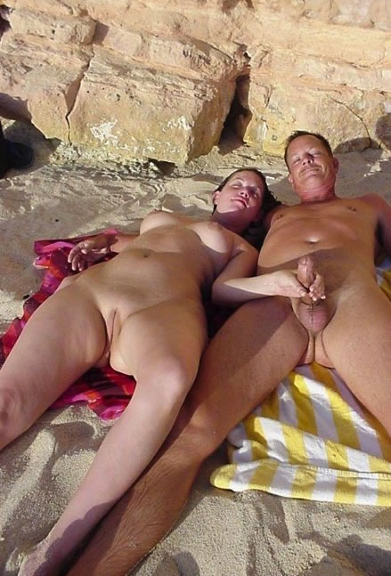 parejas pilladas en la playa-3