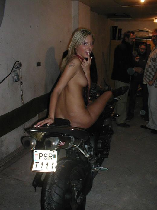 rubia aceitada en motocicleta-30