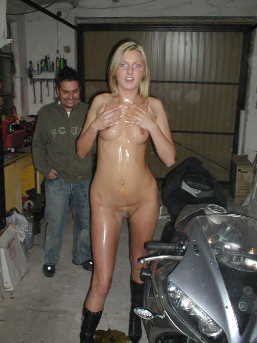 rubia aceitada en motocicleta-36