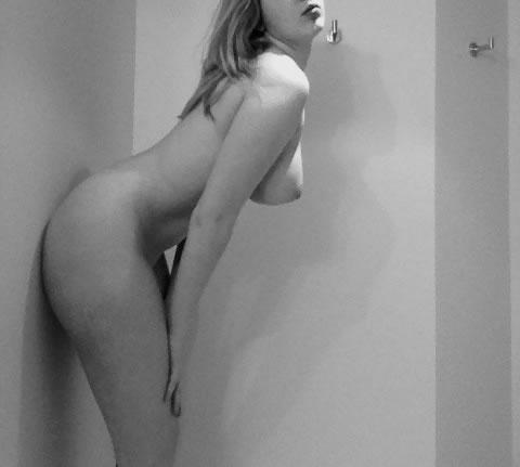 rubia sabe mostrar su cuerpo-57