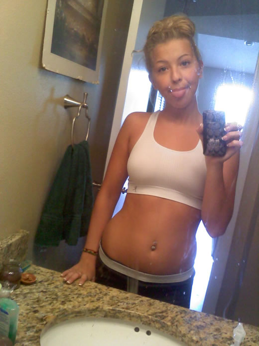 rubiaza jovencita desnuda en el baño-3