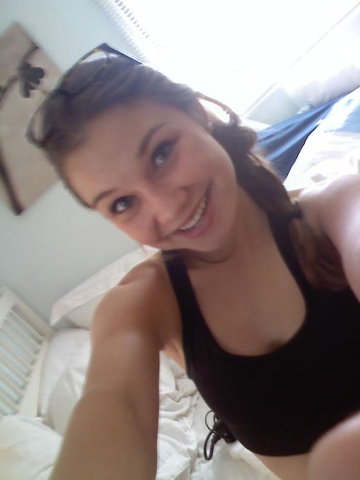 jovencita sonrie frente al espejo-36