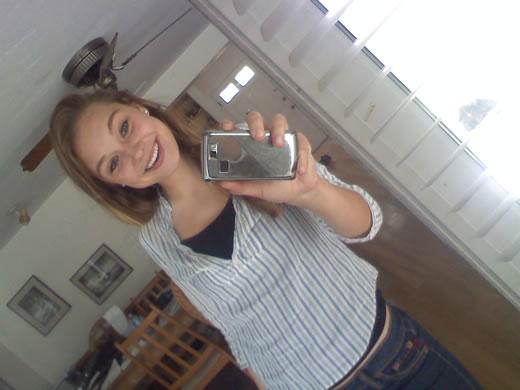 jovencita sonrie frente al espejo-45