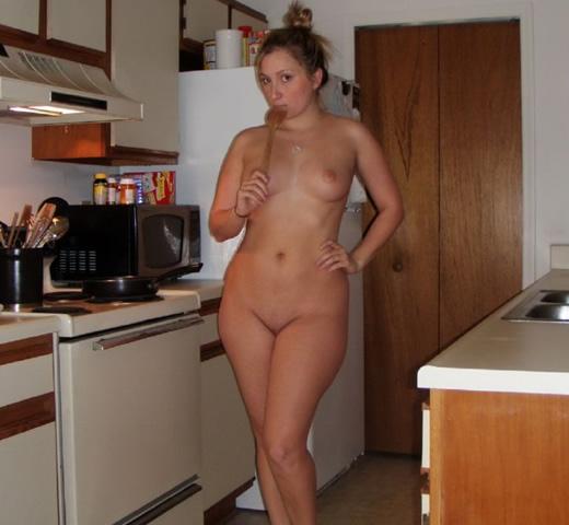 Sexy jovencita tetona en la cocina