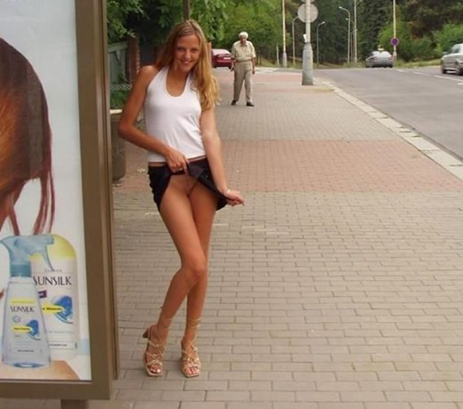 Desnuda en la calle buscando pollas