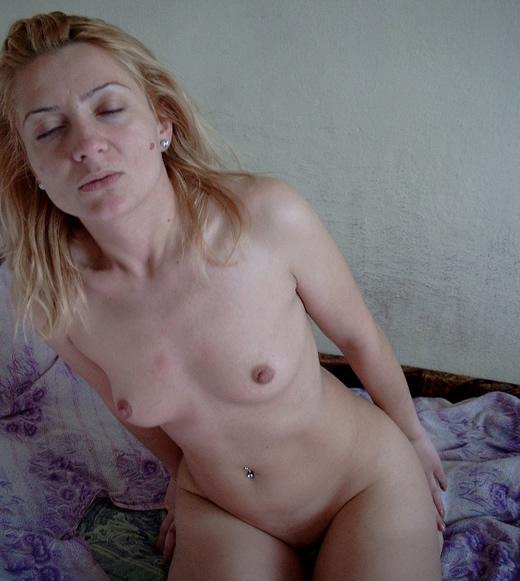 Rubia casera se desnuda en el bosque