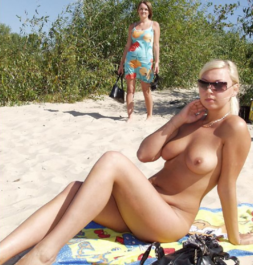 Playa nudista llena de chicas guarras