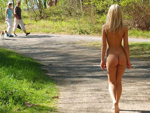 caminando desnuda