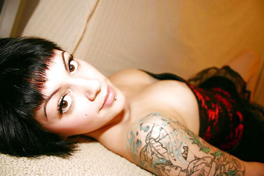 modelo con piercing en el coño